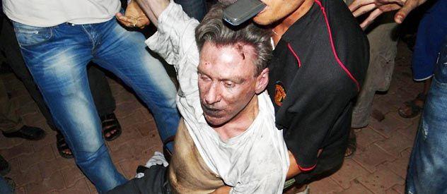 Rescate. Christopher Stevens al ser sacado entre las ruinas del ataque.