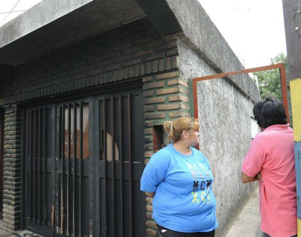 Sin consuelo. Mariela contó lo ocurrido frente a la puerta del pasillo donde asesinaron de un tiro en la cabeza a su mamá.