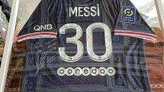 Messi le envió una remera del PSG autografiada al Papa Francisco.