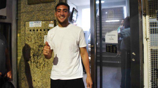 Uruguayo. González posó anoche para Ovación antes de ingresar a la sede a firmar.
