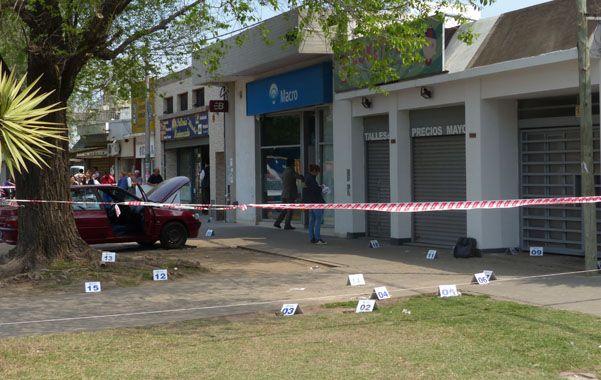 Casquillos. En la vereda del banco Macro de zona sur la policía incautó más de 30 vainas servidas de calibre 9 milímetros y de un fusil de asalto M16.
