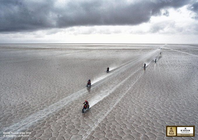 El fotógrafo francés retrató el paso de las motos por el Salar de Uyuni.