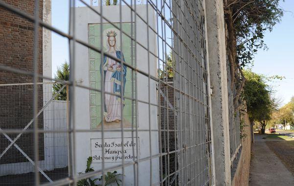Parroquia. El violento atraco ocurrió a media cuadra de la iglesia Santa Isabel de Hungría a la que se dirigía la víctima. (foto: Sergio Toriggino)