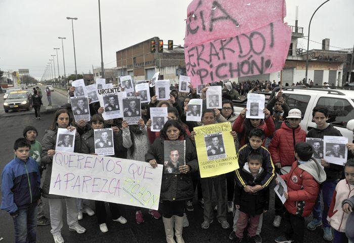 Los familiares y amigos se movilizaron ayer en Seguí y Avellaneda. (Foto: Virginia Benedetto)