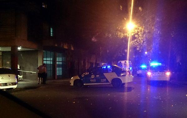 Móviles de la policía se hicieron presentes esta noche en el lugar del hecho. (foto: Marcelo Bustamante)
