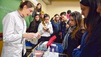 Un grupo de estudiantes secundarios que participó en la Semana de la Químíca del año pasado.
