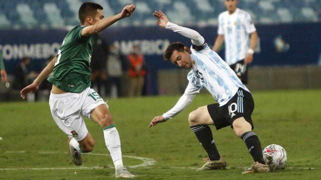 El boliviano Boris Céspedes y el argentino Lionel Messi luchan por el balón. Copa América,  estadio Arena Pantanal de Cuiabá, Brasil, el lunes 28 de junio de 2021 AP Photo / Bruna Prado