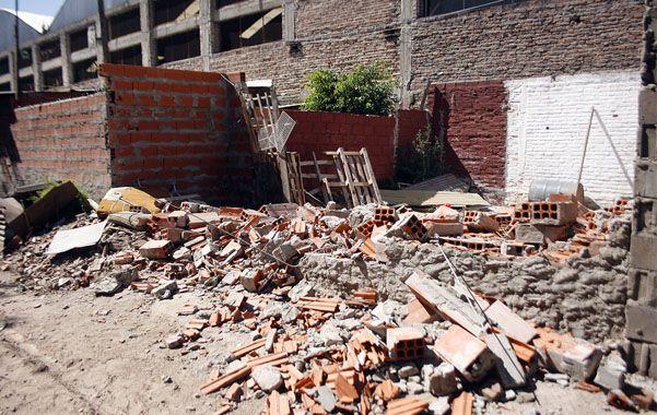 Abajo. El quiosco funcionaba sobre la vía que cruza Pueyrredón al 2700. El 16 de agosto lo habían tirado abajo.