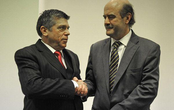Acuerdo. Dávola y Speciale sellan con un apretón de manos el vínculo que a partir de hoy ligará a Tiro con Central.