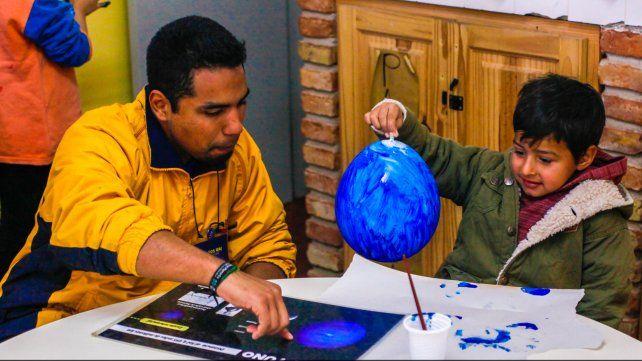 A cambio de hospedaje y comida, ensena a niños, jóvenes, estudiantes y profesionales, incluso de la astronomía.