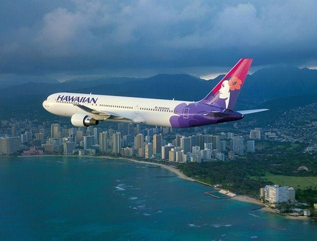 Un avión de Hawaiian Airlines en pleno descenso.