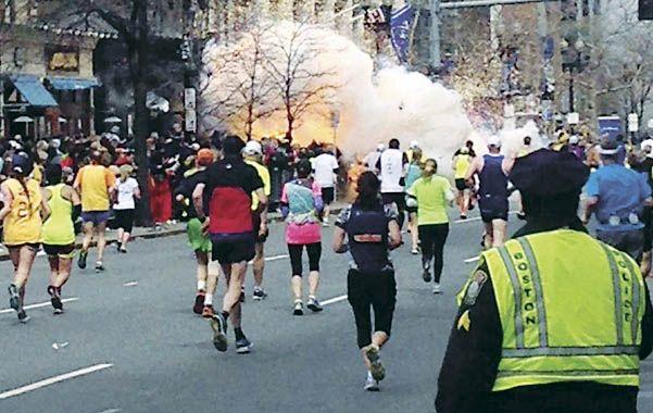 Instante fatal. Estalla la primera bomba en el maratón el 15 de abril de 2013. Segundos después explotaría otra.