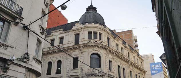 El sector superior del edificio de San Lorenzo y Sarmiento. El año pasado fue sede del Banco Piano