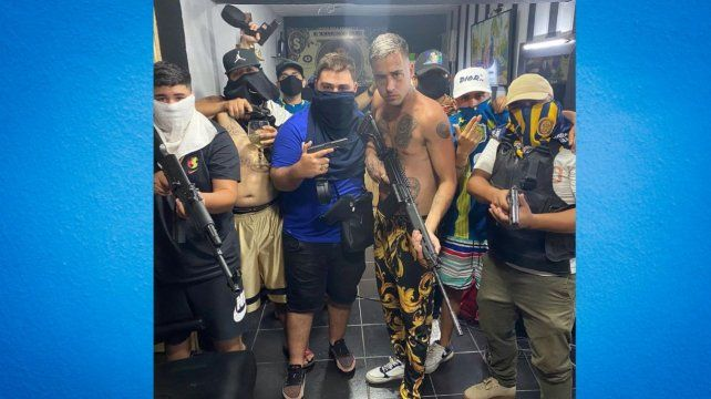 La foto de la polémica. Zaramay y ocho muchachos sindicados como miembros de la banda de Los Monos, armados hasta los dientes.