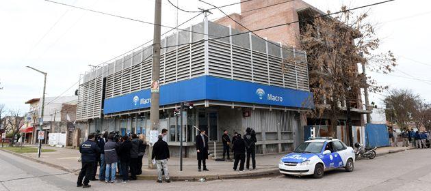 La sucursal Roldán del banco Macro fue asaltada el pasado miércoles cerca del mediodía. (Foto: C. Mutti Lovera)