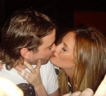 Paula Chaves y Pedro Alfonso, a los besos en la fiesta de Extra Pequeño