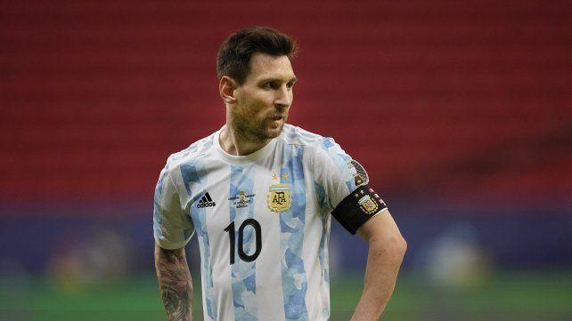 Lio Messi observa el final del partido. Foto AP / Ricardo Mazalan