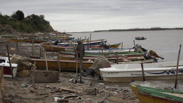 Canoas de pescadores en el Remanso Valerio.