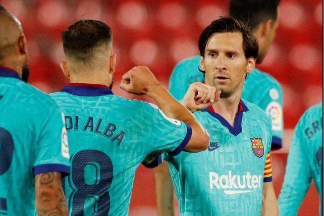 Messi festeja con su compañero Jordi Alba la goleada sobre el Mallorca.