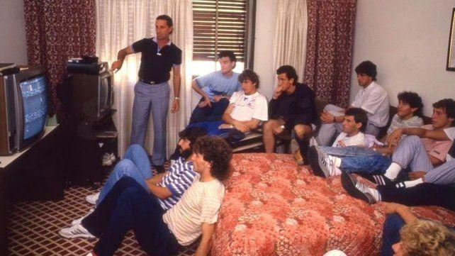 En acción. Bilardo dando indicaciones tácticas antes de un partido en México 86.