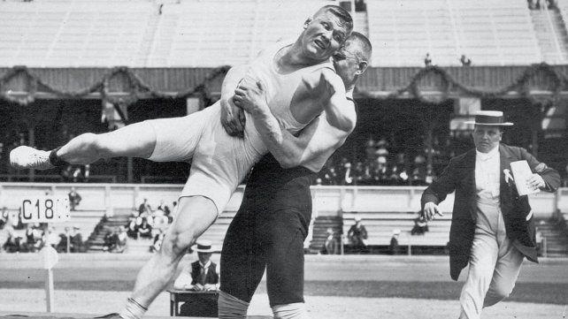 Klein y Asikainen durante la apasionante -y extremadamente larga- semifinal de lucha libre de Estocolmo 1912.