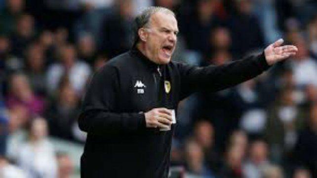 Bielsa seguirá un año más al frente del Leeds inglés.