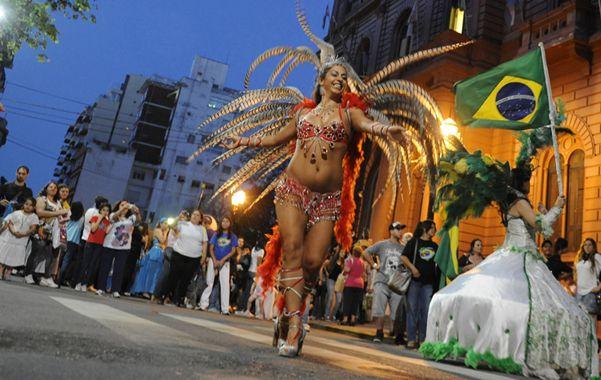 La previa. El desfile frente al Palacio Municipal es un clásico antes del inicio de la fiesta.