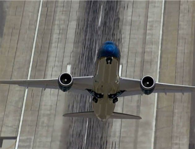 La increíble trepada en vertical del nuevo modelo Boeing 787 Dreamliner