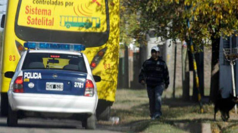 Patrullaje. Un móvil policial acompaña a una unidad de la línea 153 en barrio Santa Lucía.