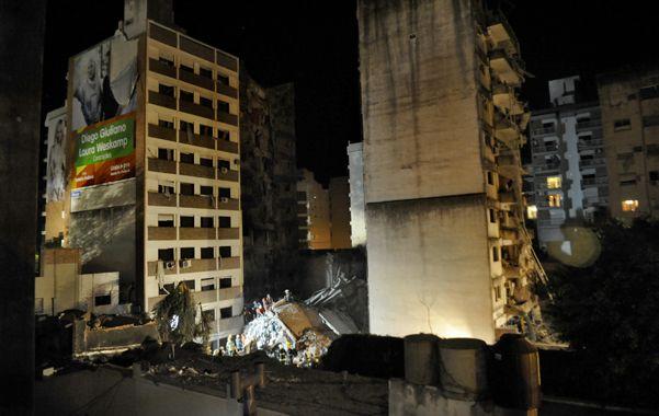 Elocuente. Las dos torres que el municipio quiere demoler y el hueco que dejó el edificio que se desplomó.
