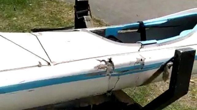 La embarcación a remo que fue embestida por la lancha. Pudo ser una tragedia.