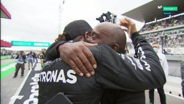 El abrazo con el hombre que lo bancó siempre, su papá Anthony Hamilton.