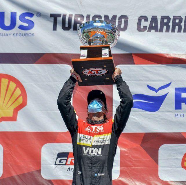 Bien arriba. Urcera levanta el trofeo. Trajo al ingeniero santafesino Luciano Monti al equipo y le dio ganancia enseguida.