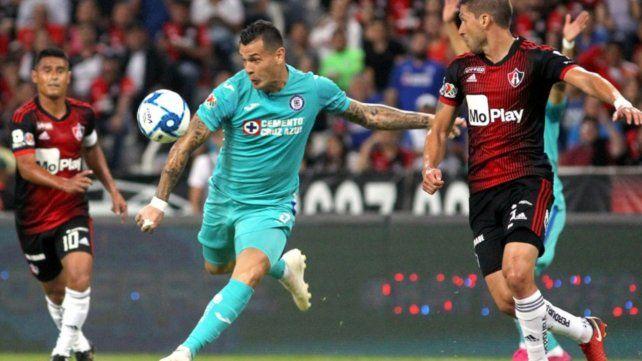 El exCentral Milton Caraglio desea irse de Cruz Azul de México porque juega poco