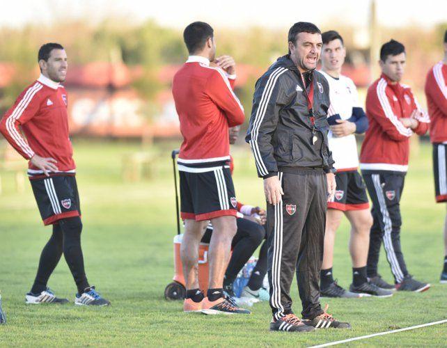 A jugar. Osella pondrá en cancha el equipo que tiene en mente para el debut dentro de tres semanas.