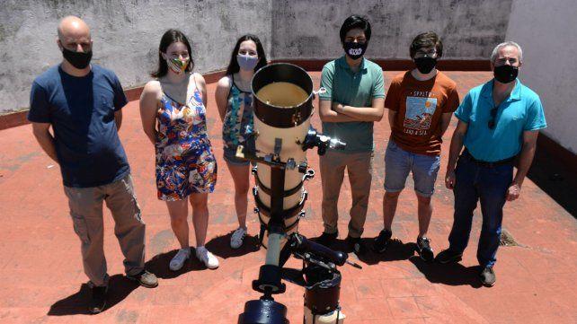 Los chicos y chicas acompañados por el profesor Lisandro Duri y Alejandro Schujman, coordinador de olimpíadas del Poli.