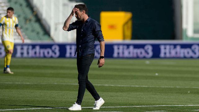 Cristian González se lamenta en medio del partido.