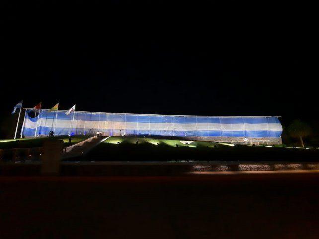 Edificio vestido con la bandera argentina