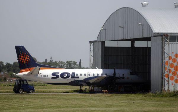 derecho a los hangares. Los aviones que componen la flota de la línea aérea rosarina ya no volarán.