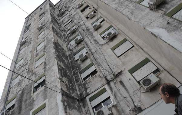 En las dos torres. Hay humedad en todas las viviendas porque los muros se revocaron sin impermeabilizar. (foto: Francisco Guillén)