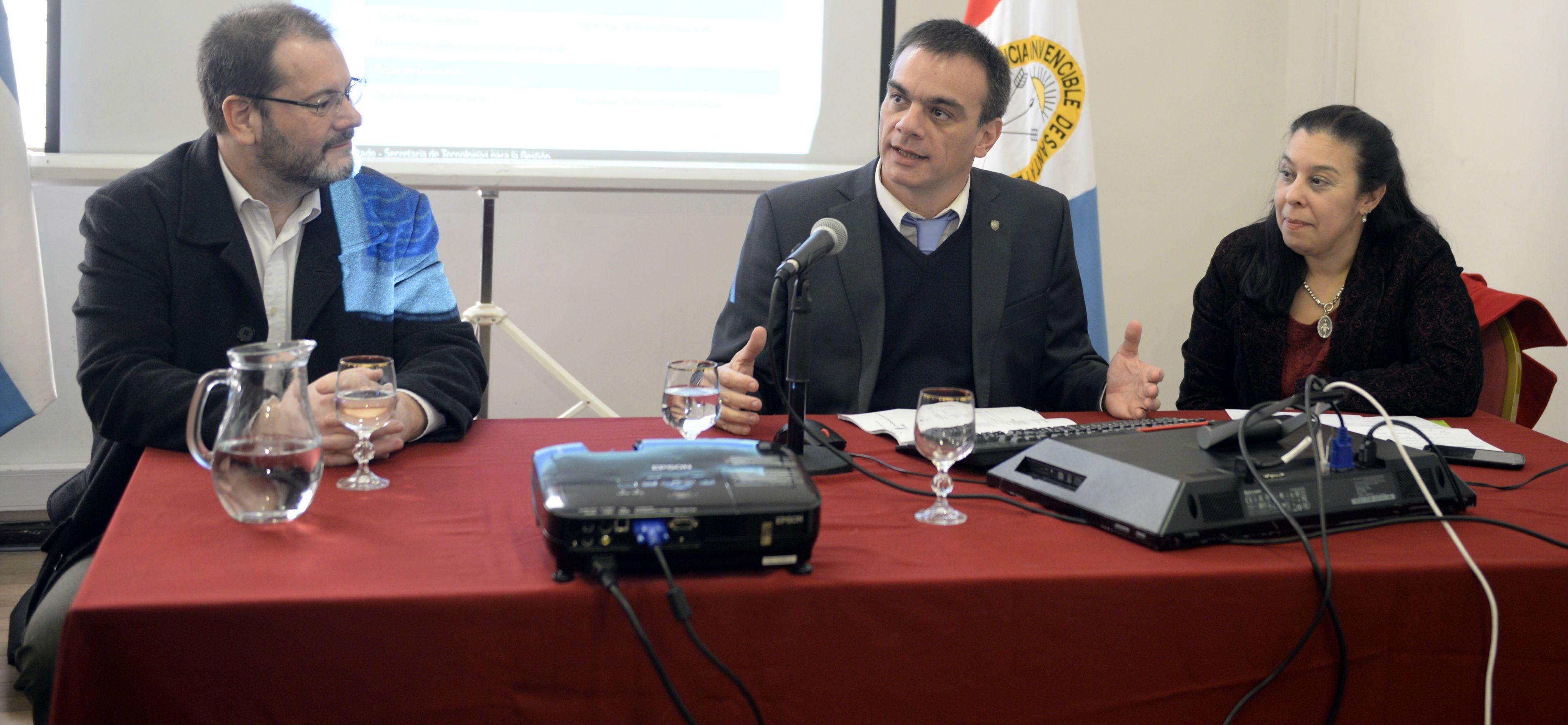 El ministro de Justicia Juan Lewis se mostró satisfecho con la capacitación de las autoriades de mesa en los comicios.