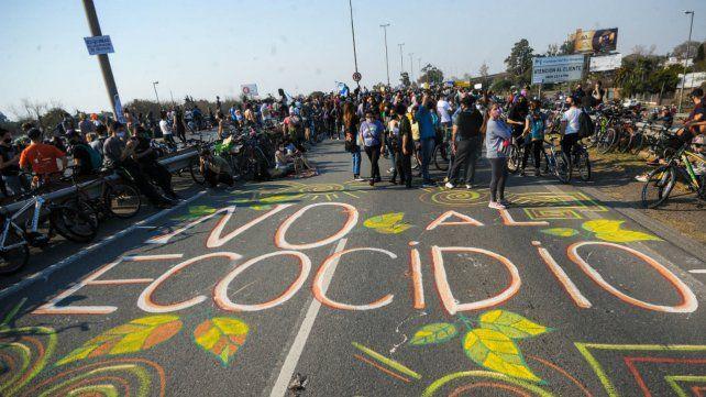 """""""No al ecocidio"""", fue una de las consignas de la Multisectorial en una de las actividades sobre el puente a Victoria."""