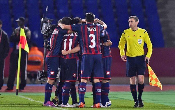El desahogo. Los jugadores del Ciclón se funden en un abrazo tras el gol del triunfo que marcó Matos.