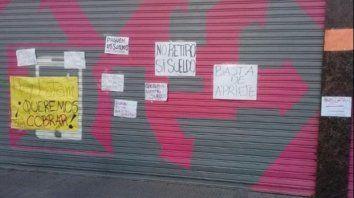 Los empleados dejaron carteles con sus reclamos en las persianas del call de Buenos Aires al 1400.