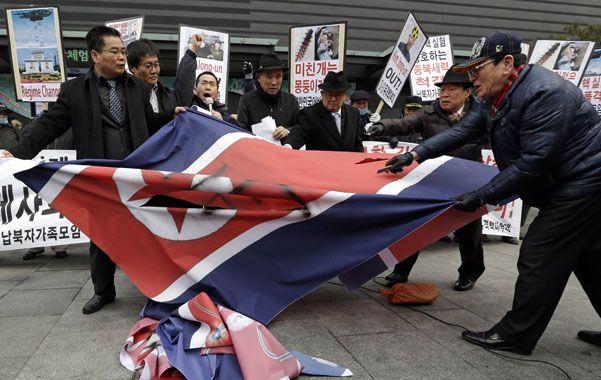 Repudio imediato. Surcoreanos indignados destruyen la bandera del Norte en Seúl.