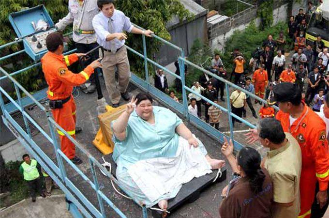 Tailandesa de 274 kilos sale de su casa después de tres años