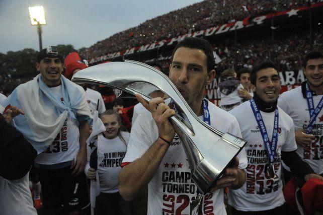 El título soñado. La Fiera besa el trofeo de campeón del Torneo Final 2013.