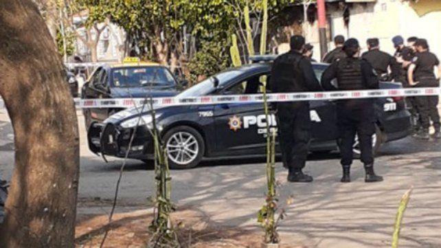 Feroz ataque a balazos a un taxista frente a un kiosco de la zona norte