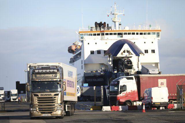 Un ferry proveniente del continente descarga camiones en un puerto británico. Este intenso tráfico hoy es libre de aduanas. Con el Brexit