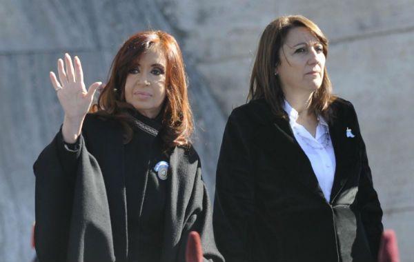 La presidenta Cristina Fernández de Kirchner y la intendenta Mónica Fein fueron las únicas oradoras en el acto en el Monumento a la Bandera (Foto: F. Guillén).